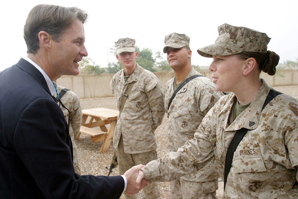1024px-US_Navy_060108-M-4314O-008_Indiana_Senator_Evan_Bayh,_shakes_the_hand_of_a_Marine_assigned_to_II_Marine_Expeditionary_Force