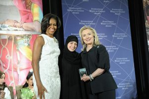 Samar Badawi, flanked by Michelle Obama and Hillary Clinton (Wikimedia Commons)