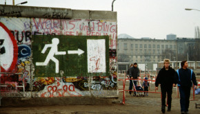 Fall_of_the_Berlin_Wall_1989,_people_walking