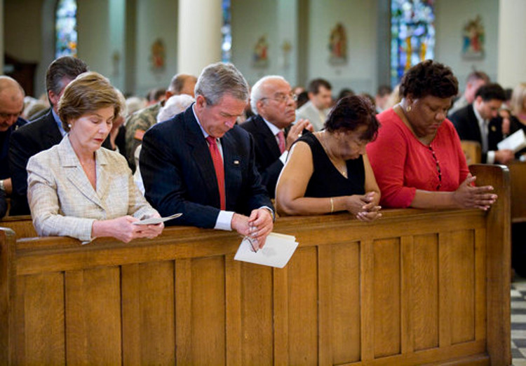 George_W._Bush_and_Laura_Bush_pray_at_New_Orleans'_St._Louis_Cathedral