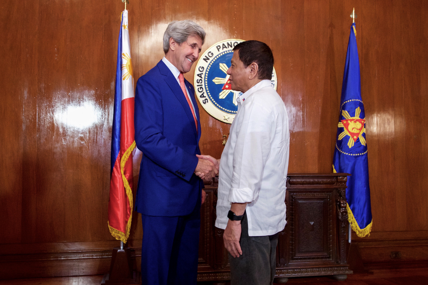 secretary_kerry_shakes_hands_with_philippines_president_duterte_28581522615