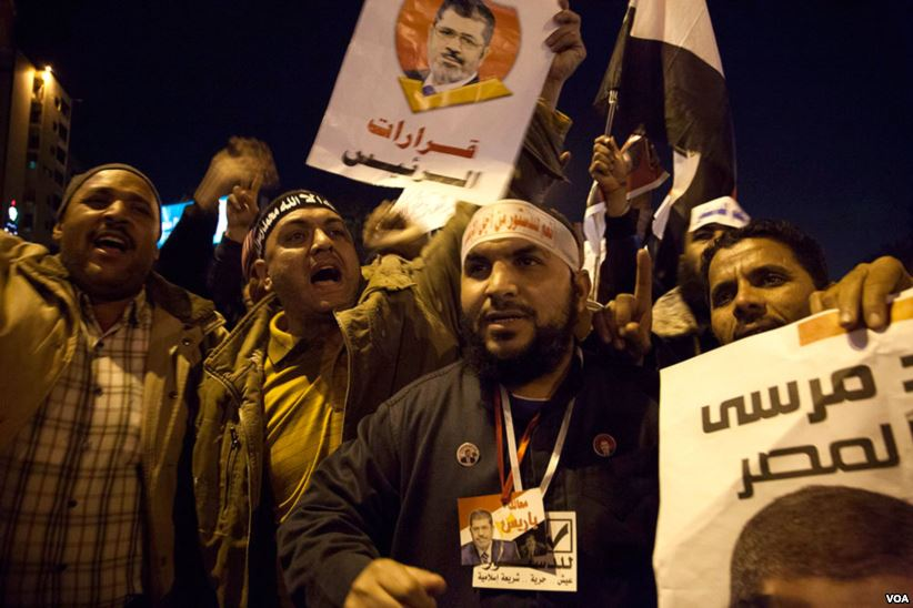 Supporters_of_President_Mohammed_Morsi_at_a_massive_rally_organized_by_the_Muslim_Brotherhood_just_miles_from_the_Presidential_Palace