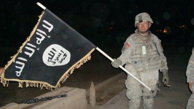 u-s-_army_soldier_with_captured_isis_flag_in_iraq_december_2010