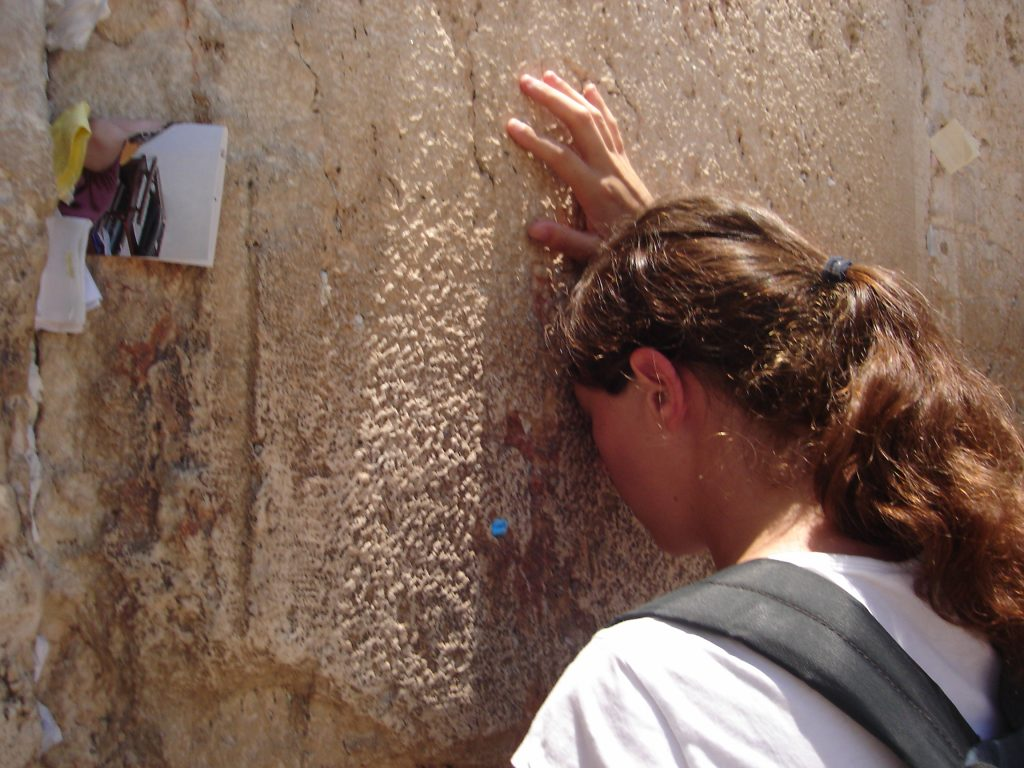 Woman_praying_at_the_Western_Wall
